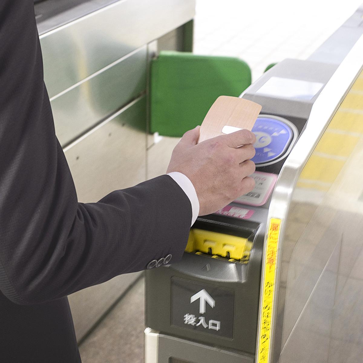 手ぶら外出ができる「木の財布」 | カード3枚を重ねて使える電子マネークリップ