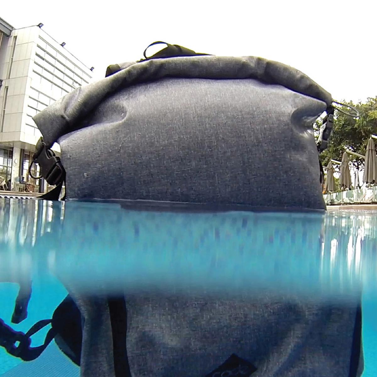 サーファーが開発した「防水バックパック Code 10」|完全防水・TECHスリーブ・盗難抑止機能を搭載