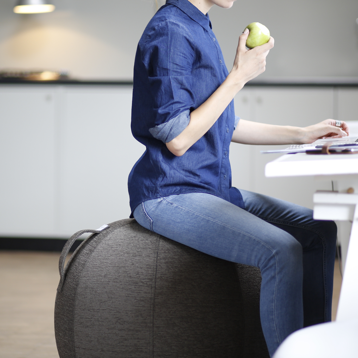 インテリアにもなる「座るボール」 | リビングでも、書斎でも、いつでもエクササイズ