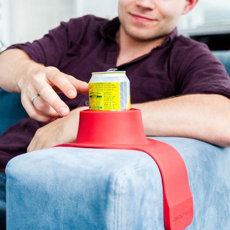ソファの肘掛けがサイドテーブルに変身|グラスやマグカップもしっかりホールド