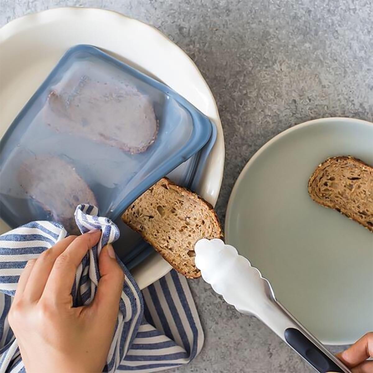 3000回加熱・冷凍できる密閉シリコンバッグ|パンを入れて冷凍、そのままオーブンで焼けた!