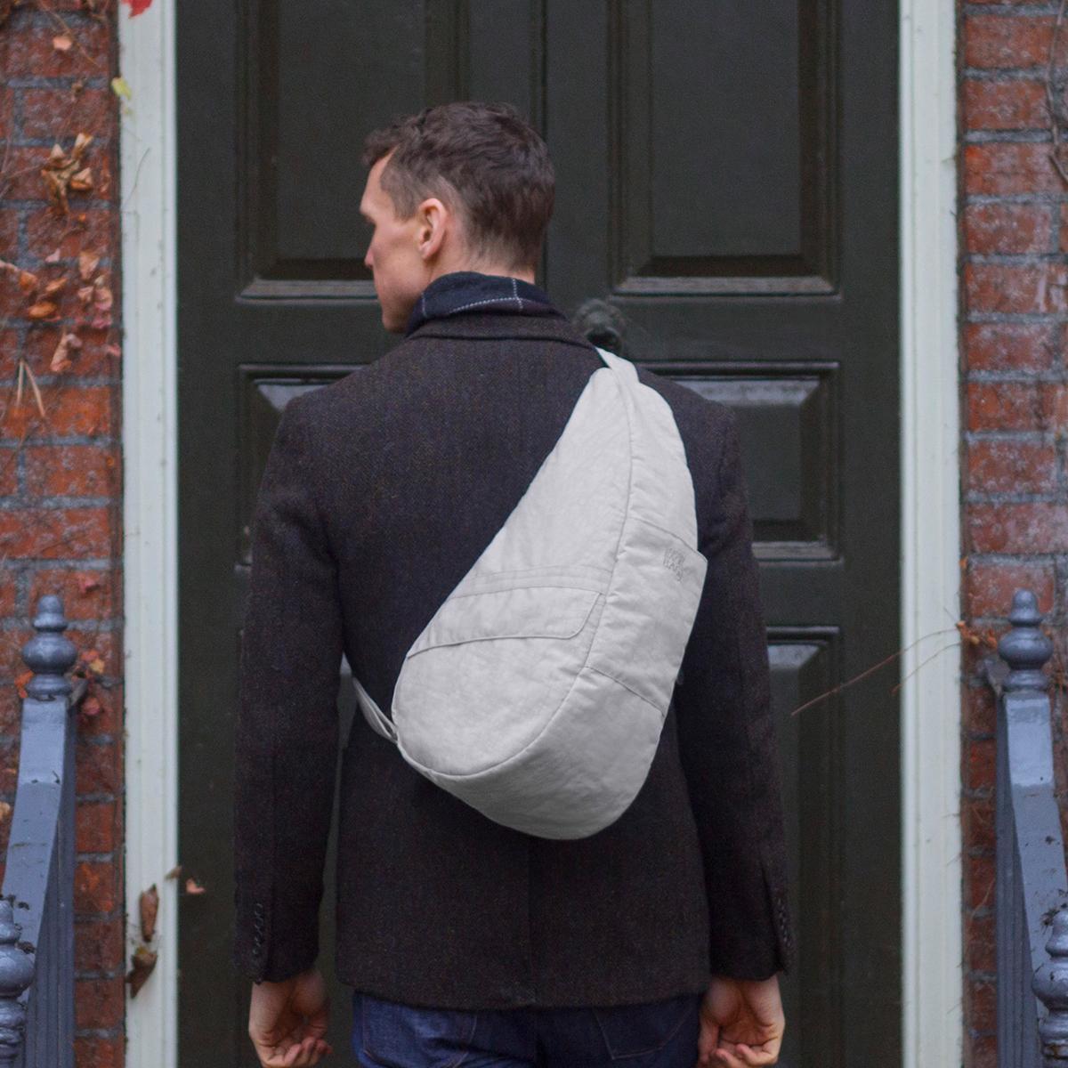 お出かけが増える「ボディバッグ」 人間工学による「しずく型」が体の負荷を軽くする