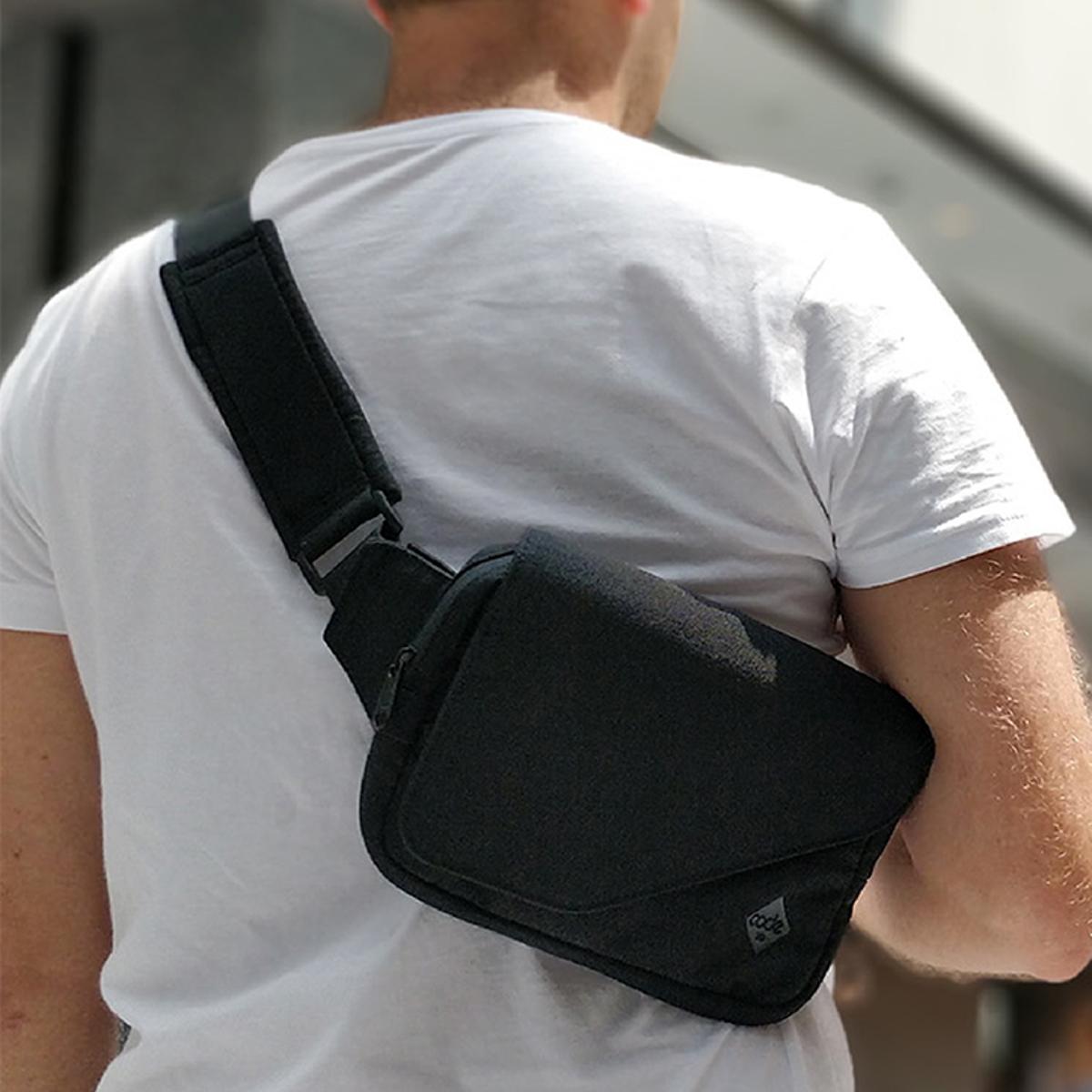 『着る財布』で、心地いい移動を|紙幣・カードをそのまま収納できるボディバッグ型