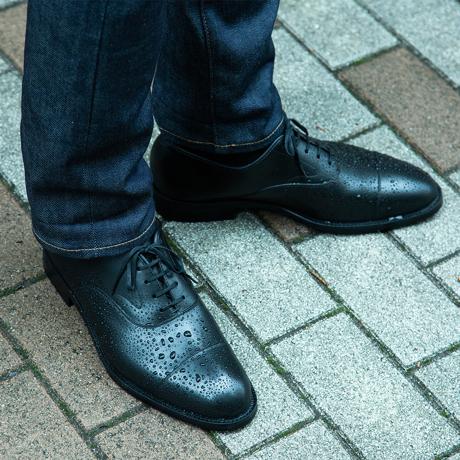 水も滴るいい「紳士靴」|継ぎ目なしの防水構造で、雨水が染み込まない