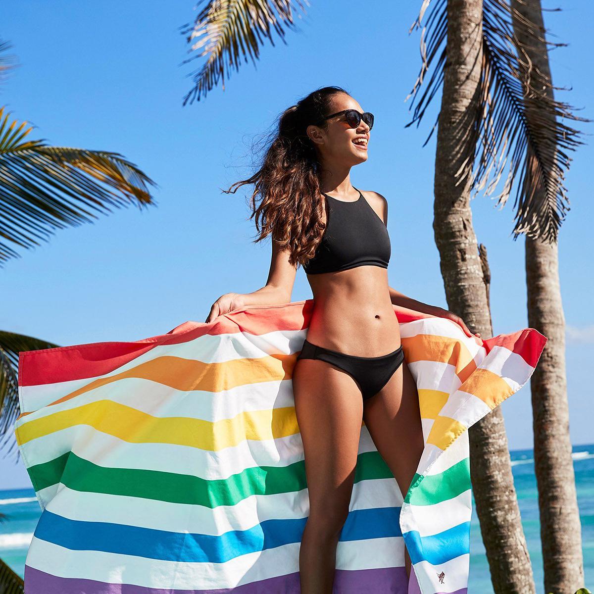 世界のビーチから生まれた「バカンスタオル」 | 水をサッと吸収、砂がつかないマイクロファイバー製
