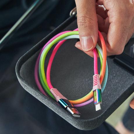 "iPhone ケーブルに、""虹色の魔法""を"