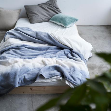 「タイトルのある毛布」が、空間を変える|夏も冬も、気持ちいい!綿毛布の自然な柔らかさ
