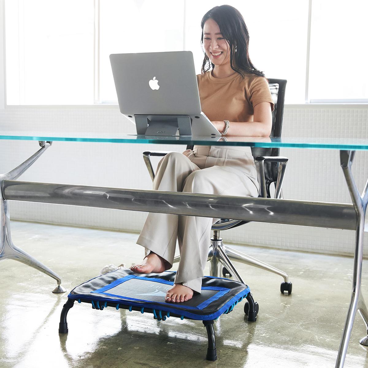 """座りすぎた日は、""""30秒ジム""""でスッキリ   バスマットサイズで、新感覚トランポリン運動"""