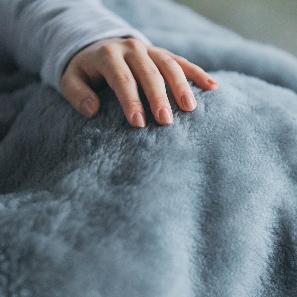 """""""癒しグレー""""が叶える、あったか快眠空間   ふんわり毛足2㎝のメリノウールが軽い、気持ちいい"""