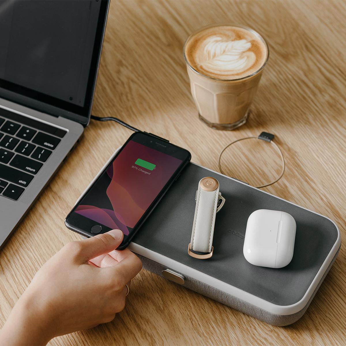 """カフェでも移動中の席でも、一瞬で「マイデスク」   仕事道具を""""好みの配置""""で収納、ワイヤレス充電も"""
