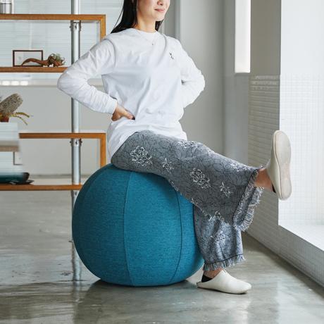 おしゃれなインテリアに馴染むバランスボールという選択 ソファ用の布生地で包み高級感と機能性をアップ