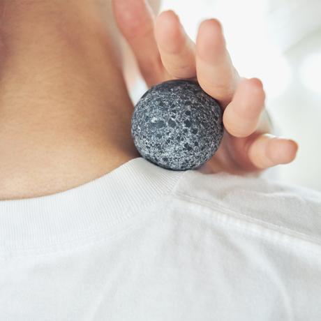 """""""28億歳""""の石が、あなたの芯までコロコロほぐす"""