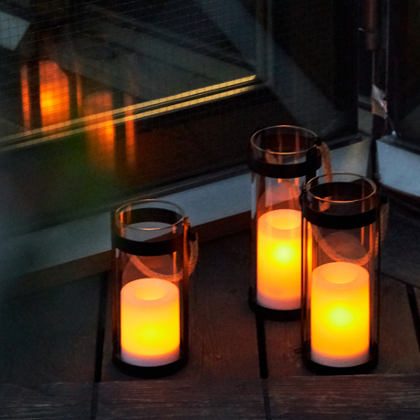 灯りが揺らめいたら、くつろぎの合図|暗くなると自動で点灯、太陽の力で充電