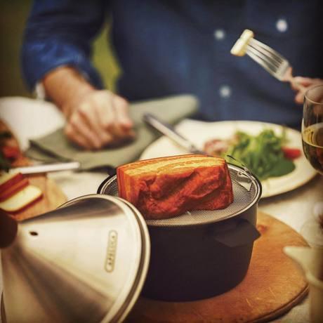 「燻製を自宅で簡単に」で、おうち時間を充実 最短10分で燻製料理&お刺身やウィスキーを冷燻