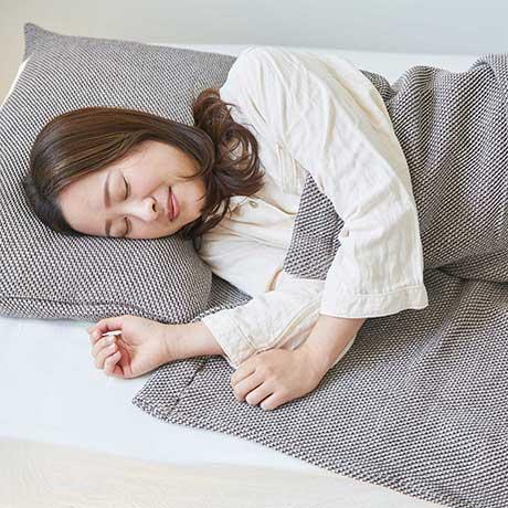 「熟睡」を追求したタオルケット|凹凸状のハニカム織りが、汗と湿気を逃がす