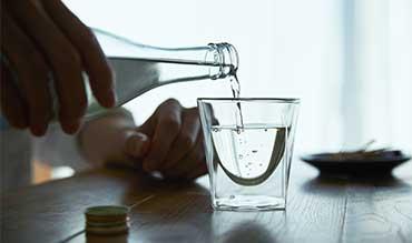 四角い空間に浮かぶ、いつもと違う一杯 | 見る角度で表情を変える「ダブルウォールグラス」